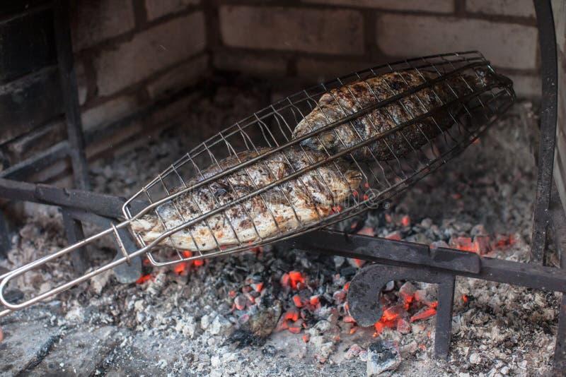 Cottura del pesce su un barbecue immagine stock libera da diritti