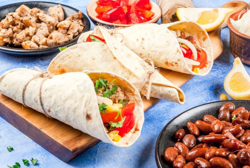 Cottura dell'alimento messicano, burrito fotografia stock libera da diritti
