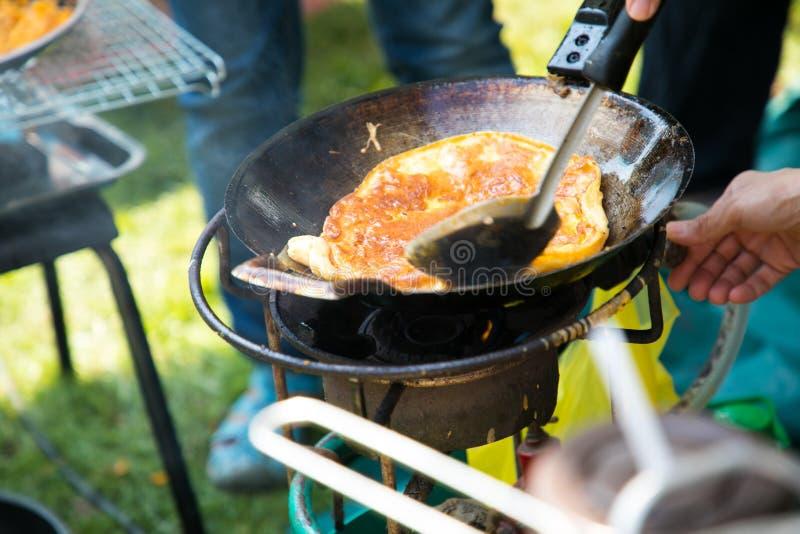 cottura dell'omelette in pentola fotografie stock