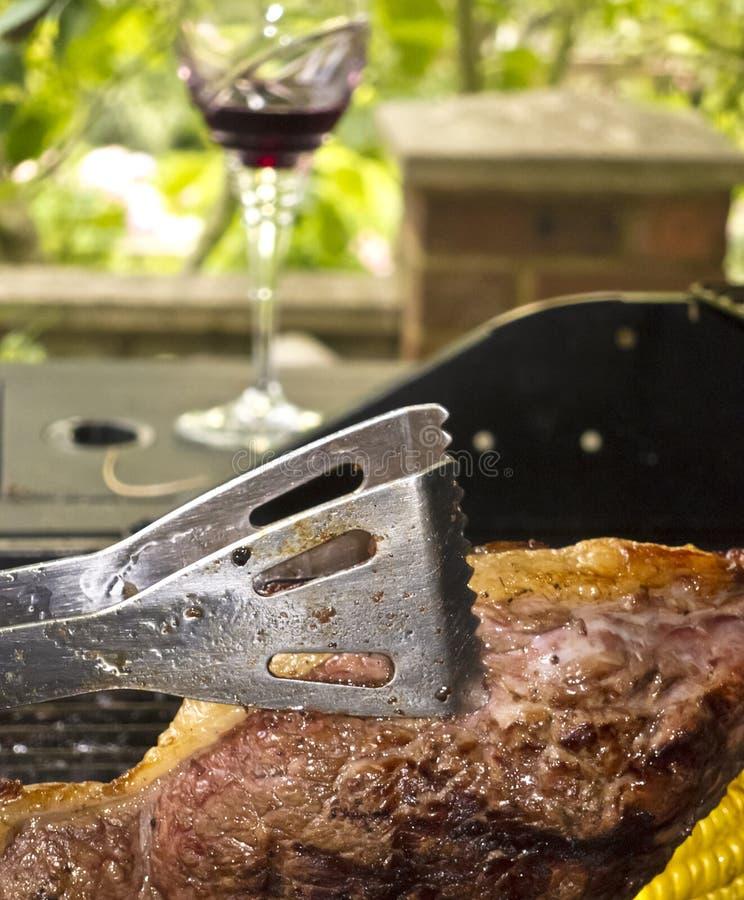 Cottura della bistecca su un barbecue fotografia stock libera da diritti