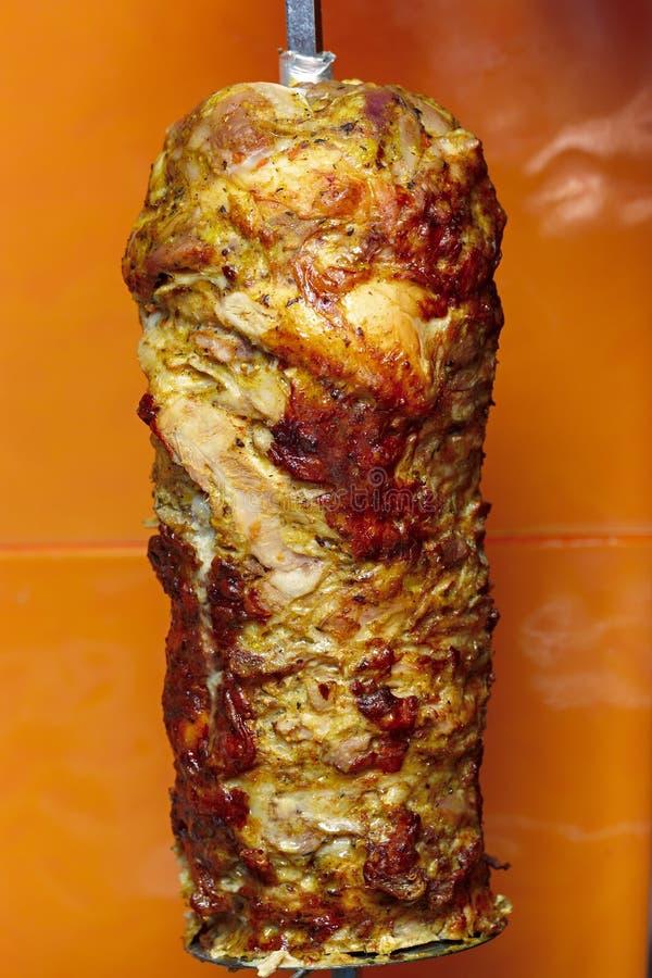 Cottura della carne per lo shawarma Piatto del Medio-Oriente pronto immagine stock libera da diritti