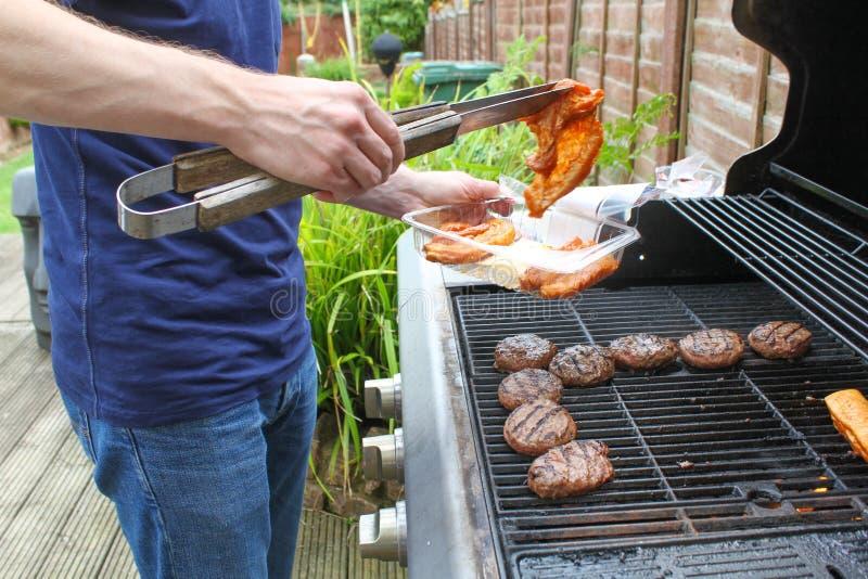 Cottura della carne sul BBQ fotografie stock libere da diritti