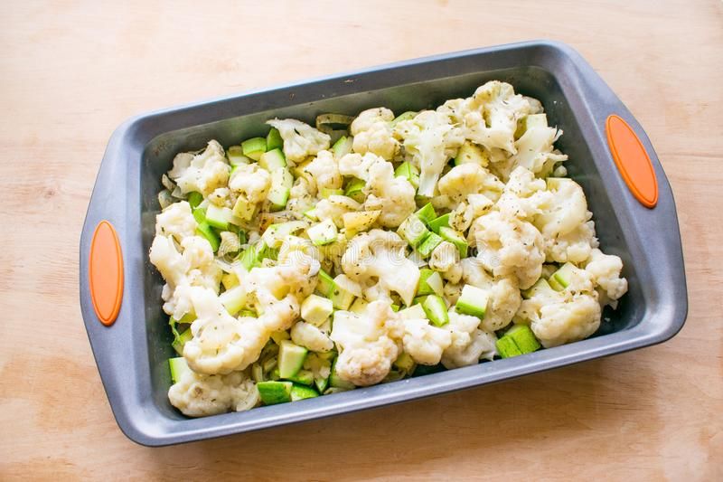 Cottura della casseruola di verdure dal cavolfiore e dallo zucchini dentro fotografia stock