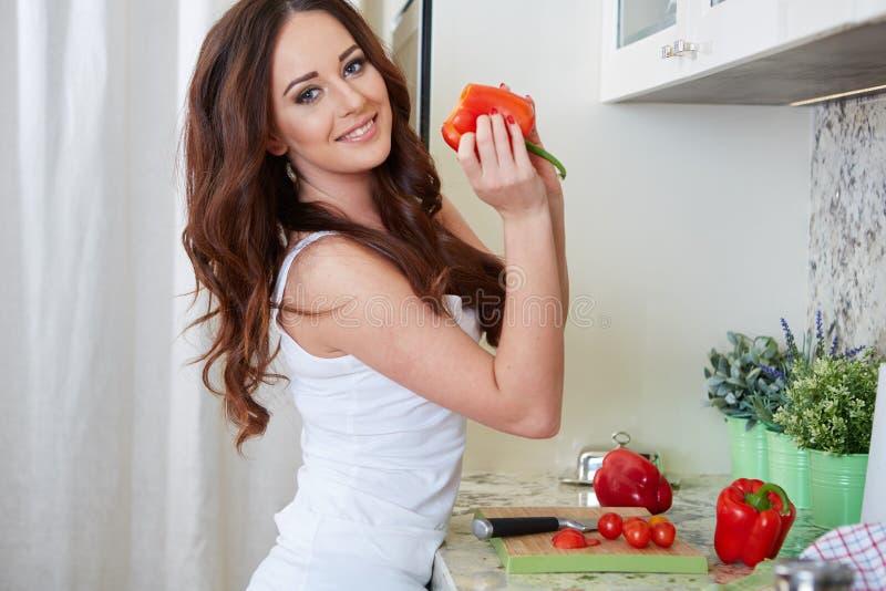 Cottura della giovane donna Alimento sano immagini stock libere da diritti