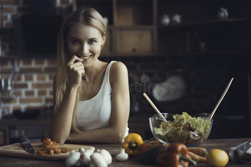 Cottura della giovane donna Alimento sano - insalata di verdure Dieta Concetto stante Stile di vita sano Cottura nel paese prepar immagine stock