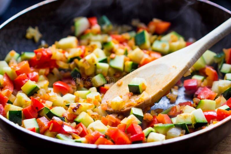 Cottura della ratatouille dello stufato dalle verdure in padella immagini stock libere da diritti