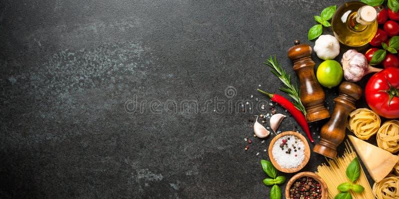Cottura della tavola con gli ingredienti Concetto italiano di cucina fotografia stock libera da diritti