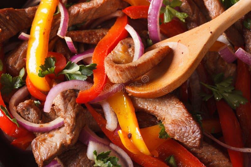 Cottura delle fajite: manzo con le verdure macro orizzontale immagine stock