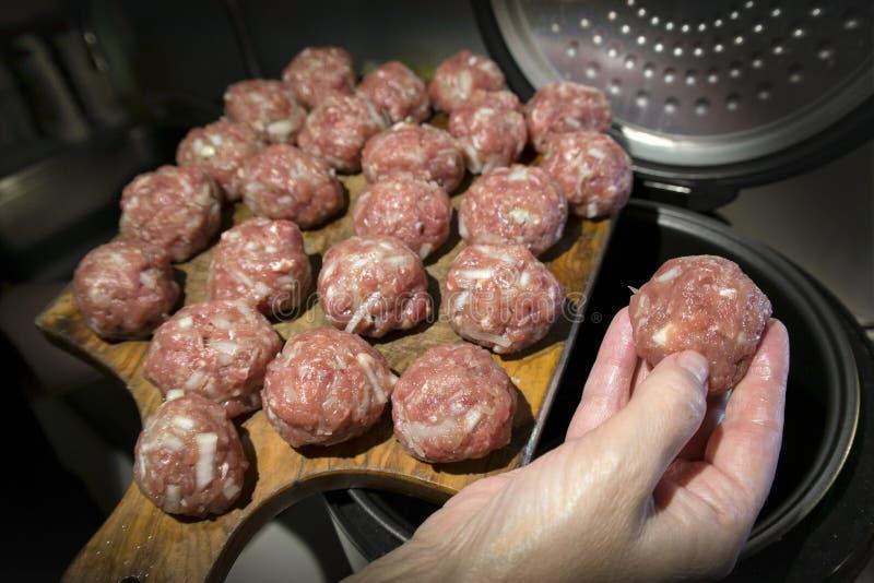 Cottura delle sfere di carne fotografia stock