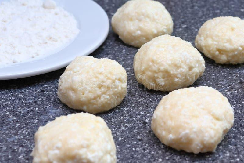 Cottura delle torte di formaggio Palle dalla pasta della ricotta, farina Dorato rubicondo fragrante con una crosta marrone ha cuc fotografia stock