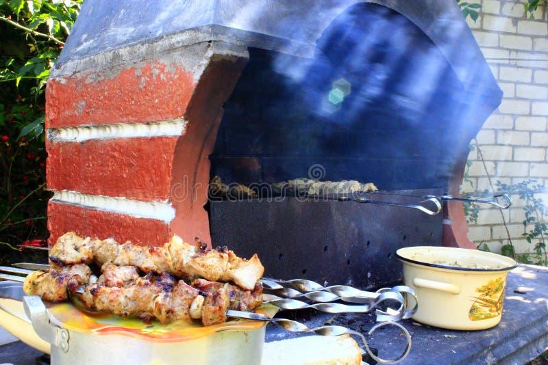 Cottura dello shashlik sull'addetto alla brasatura immagini stock