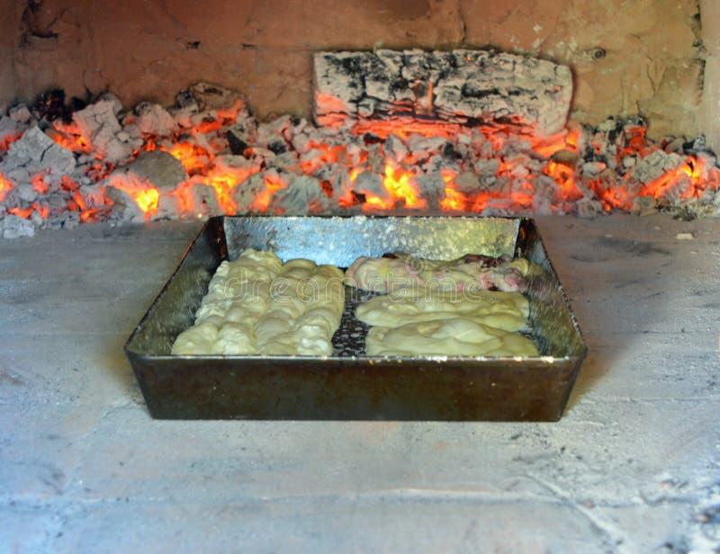 Cottura dello strudel nel forno fotografie stock
