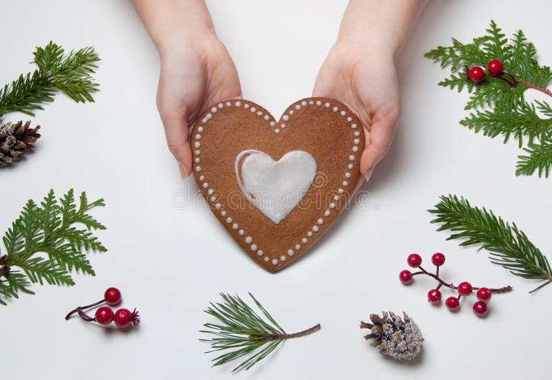 Cottura di natale Producendo a cuore i biscotti a forma di del pan di zenzero di natale immagine stock