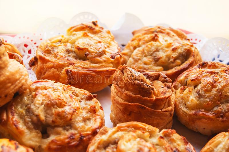 Cottura domestica dolce calda fresca sul tovagliolo di carta del pizzo, rotoli dei panini fotografia stock libera da diritti