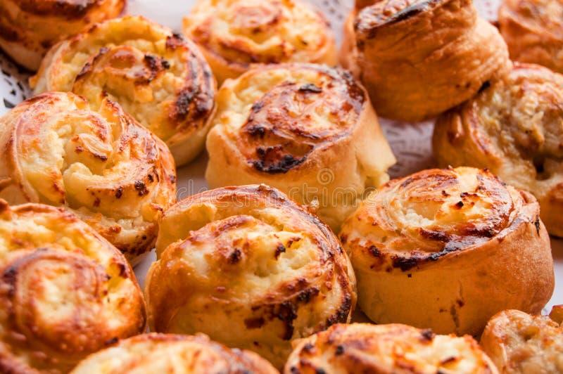 Cottura domestica dolce calda fresca sul tovagliolo di carta del pizzo, rotoli dei panini immagine stock libera da diritti