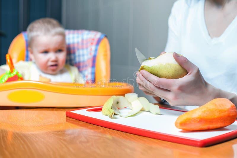 Cottura ed alimentazioni della mamma la frutta e le verdure del bambino immagini stock