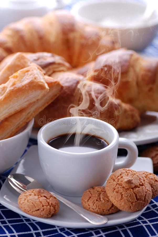 Cottura a vapore del caffè del caffè espresso in tazza bianca immagine stock libera da diritti