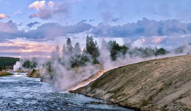Cottura a vapore del fiume di Yellowstone al tramonto immagini stock libere da diritti