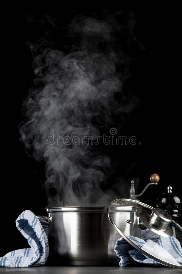 Cottura a vapore del vaso su fondo nero fotografia stock libera da diritti