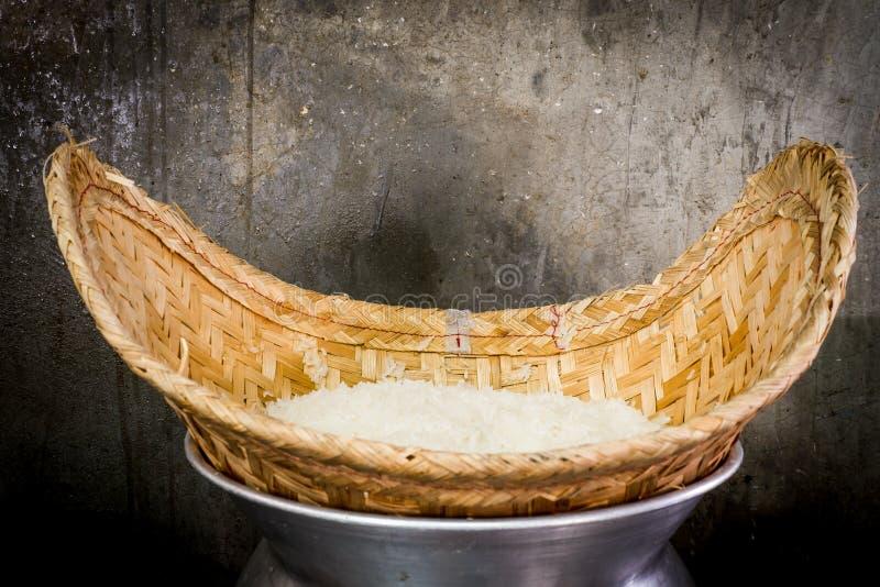 Cottura a vapore per il riso appiccicoso fotografie stock
