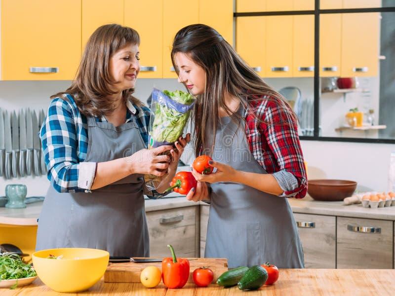 Cottura vegetariana della famiglia di tendenza dell'alimento biologico fotografia stock