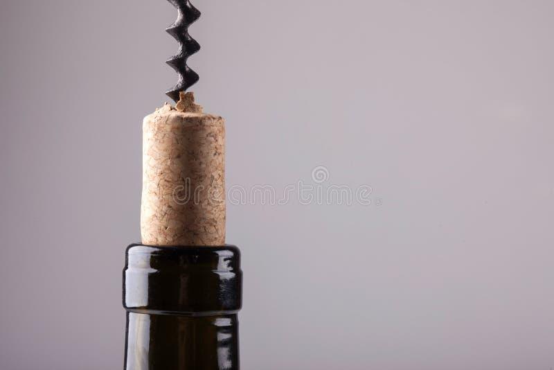 Cou d'un liège et d'un tire-bouchon de vintage de bouteille de vin image libre de droits