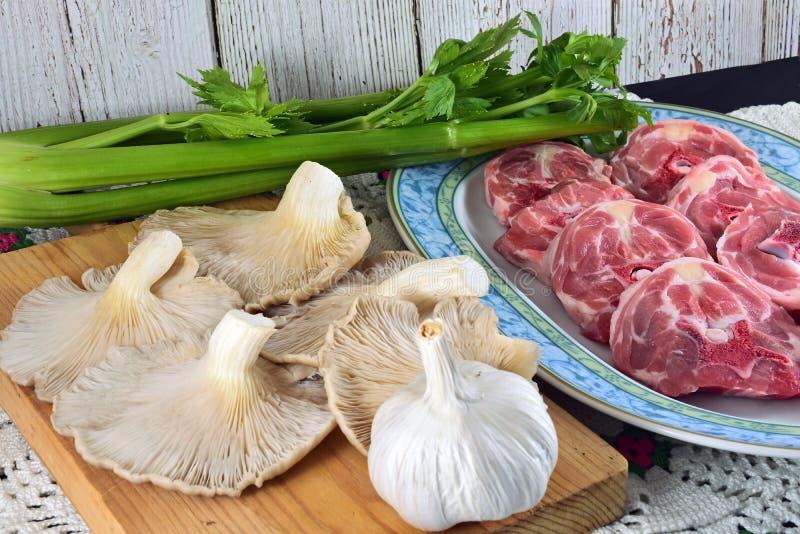 Cou et champignons découpés en tranches d'agneau images stock