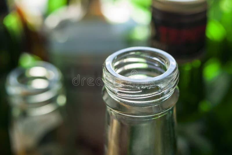 Cou et finition de bouteille en verre connus sous le nom de fil externe de petite bouche, filets de vis, à bouchon vissable, couv images stock