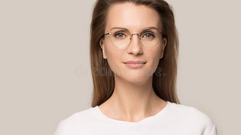 Cou malsain de contact de femme ayant l'angine ou l'angine photographie stock libre de droits