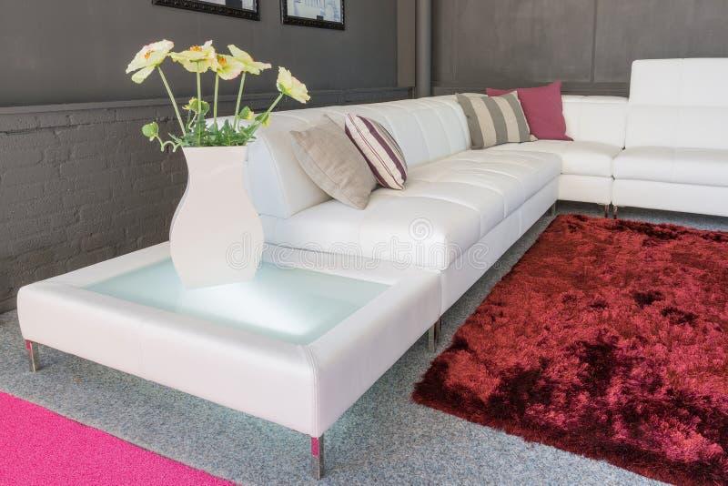 Couch mit weißer Polsterung und Kissen stockfotos