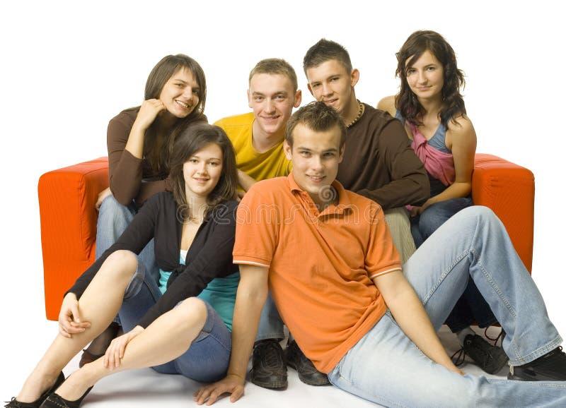 Vier Teenies Vergnügen Sich Auf Der Couch