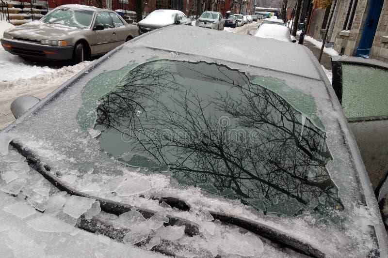 Couche épaisse de voiture de bâche de glace après pluie verglaçante photographie stock libre de droits