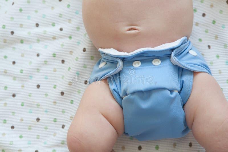 Couche-culotte de tissu sur le nourrisson images stock