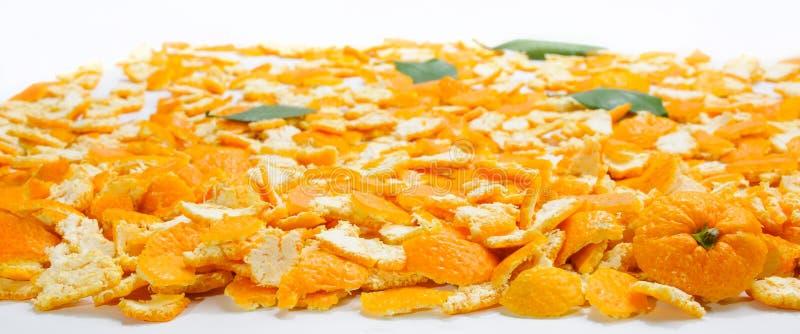 Couche de beaucoup de peaux de mandarine et de feuilles et de partie supérieure sur la droite dessus photographie stock