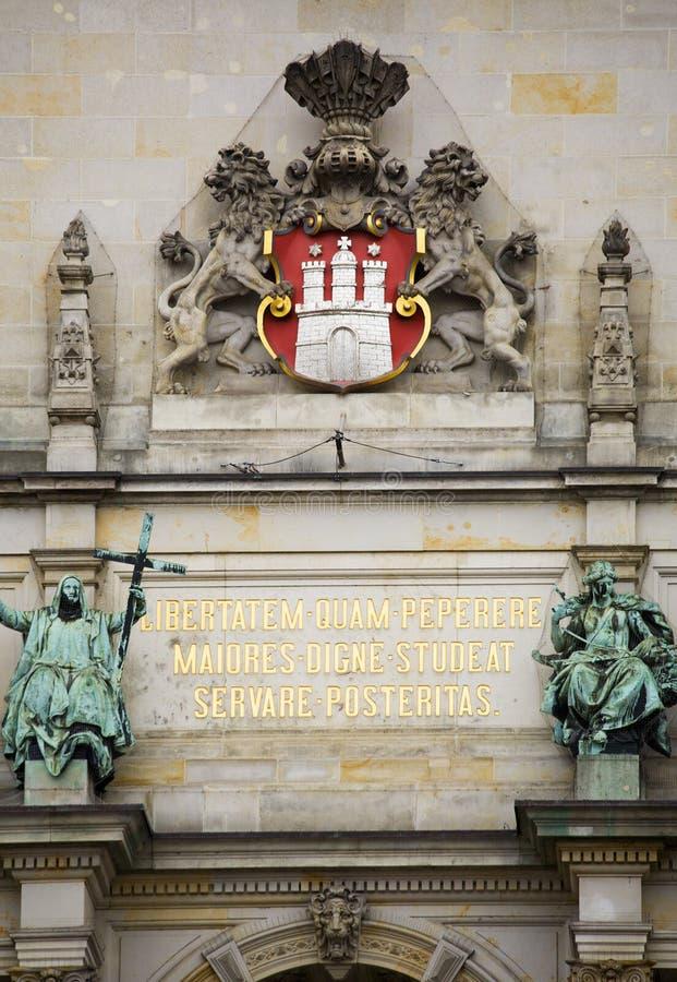 Couche des bras, groupe sur l'hôtel de ville de Hambourg image libre de droits