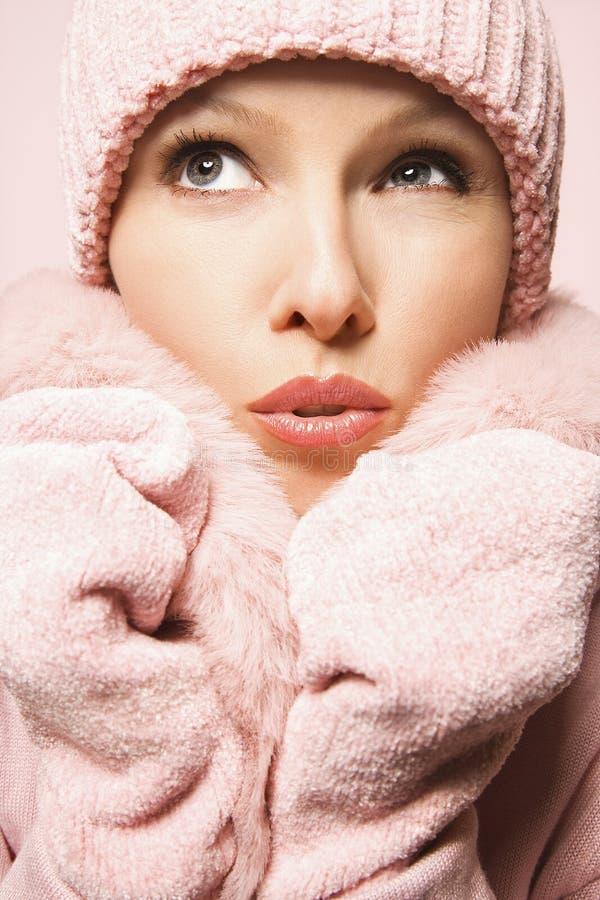 Couche et chapeau s'usants de l'hiver de femme caucasienne. images stock
