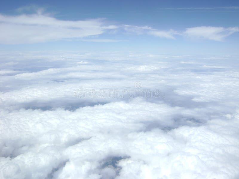 Couche lumineuse pelucheuse de nuage au-dessous de ciel bleu photo libre de droits