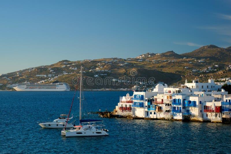 Coucher de soleil à Mykonos, Grèce, avec bateau de croisière et yachts dans le port photo stock