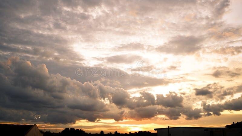Coucher de soleil dans le ciel, nuages en arrière-plan images stock