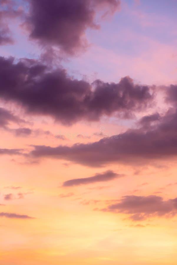 Coucher de soleil dans le ciel, nuages en arrière-plan photo libre de droits