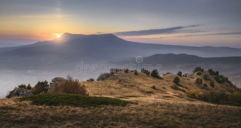 Coucher de soleil dans les montagnes Vue panoramique photographie stock libre de droits