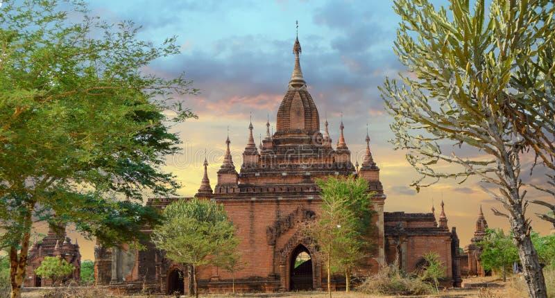 Coucher de soleil dans un petit temple et un Stupa à Bagan photos libres de droits