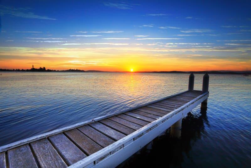 Coucher de soleil derrière la jetée de bateau, lac Maquarie photos libres de droits