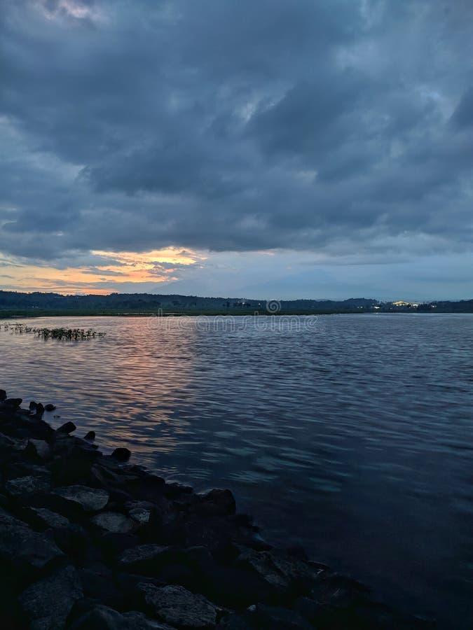 Coucher de soleil dramatique nuageux au barrage de retenue Boyolali Indonésie images stock