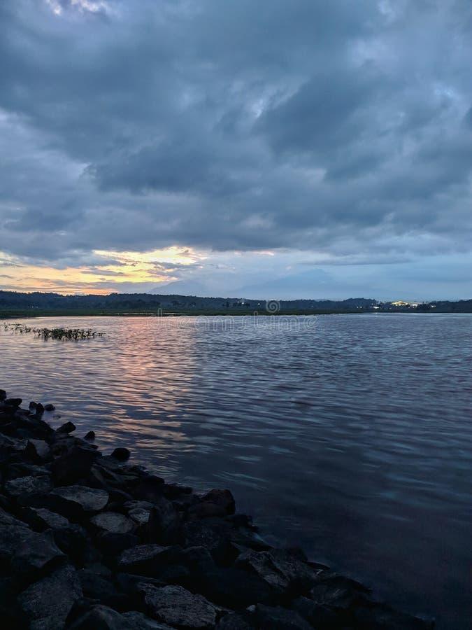 Coucher de soleil dramatique nuageux au barrage de retenue Boyolali Indonésie image libre de droits