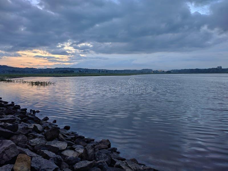 Coucher de soleil dramatique nuageux au barrage de retenue Boyolali Indonésie photographie stock libre de droits
