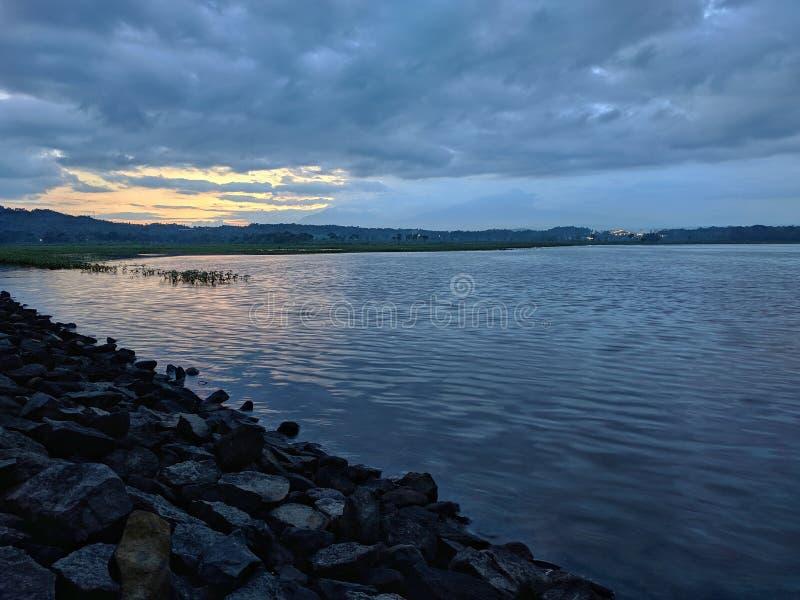 Coucher de soleil dramatique nuageux au barrage de retenue Boyolali Indonésie photos libres de droits
