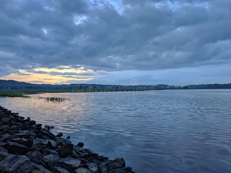 Coucher de soleil dramatique nuageux au barrage de retenue Boyolali Indonésie photo stock