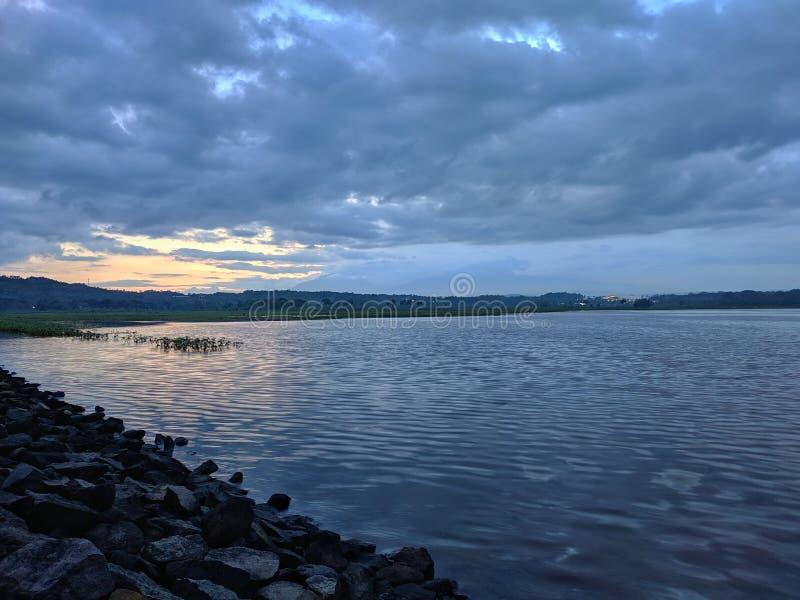 Coucher de soleil dramatique nuageux au barrage de retenue Boyolali Indonésie image stock