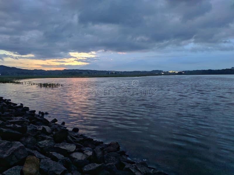 Coucher de soleil dramatique nuageux au barrage de retenue Boyolali Indonésie photographie stock